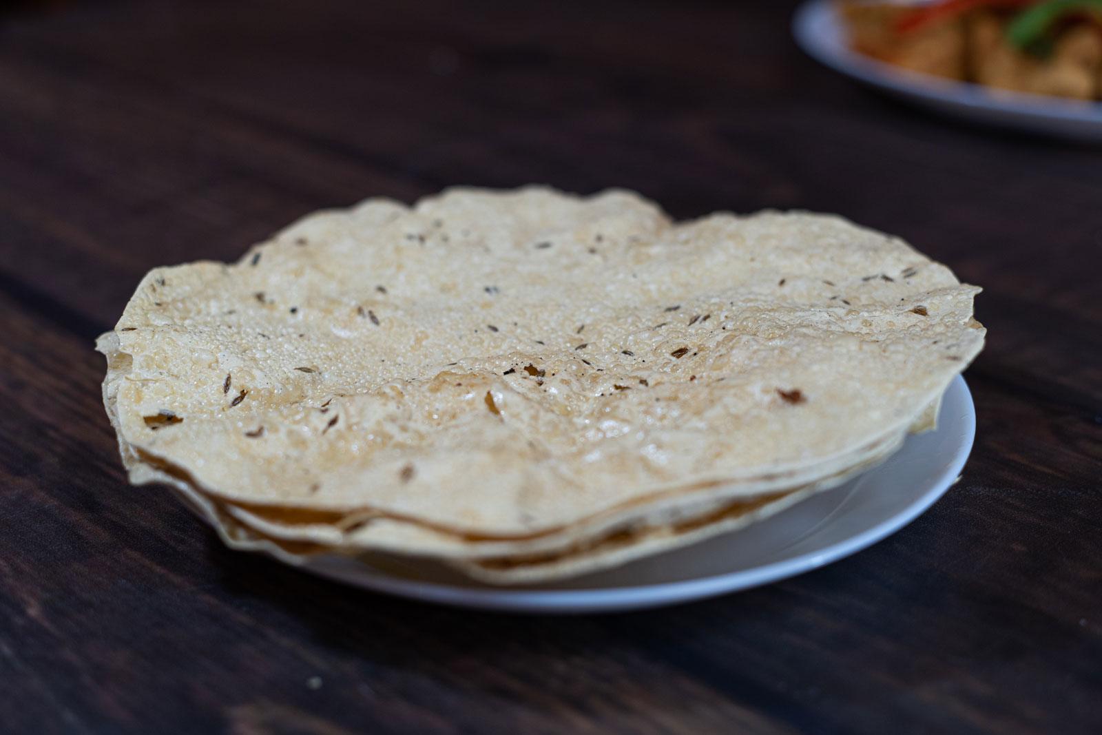 Pappadoms. Store, sprøde indiske chips af linsemel fra den indiske restaurant Begum's i Odense